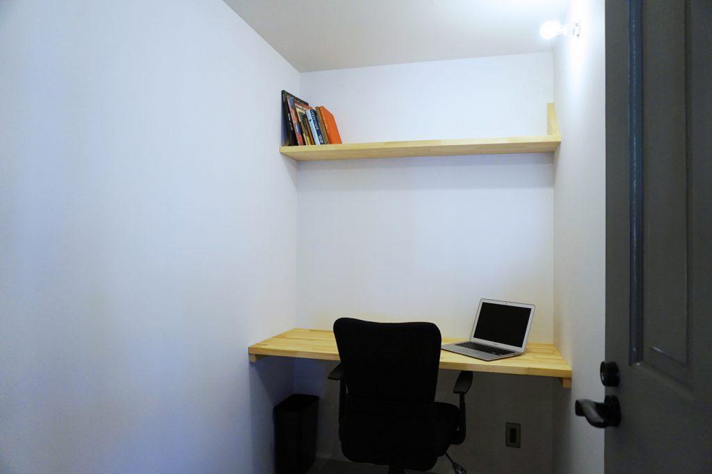 施錠できるブース席(個室)にはデスクと棚とブラケット照明、そしてカスタマイズの楽しみがある。